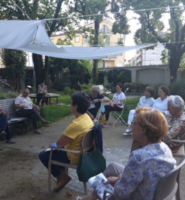 volontari di AIMA seduti in gruppo