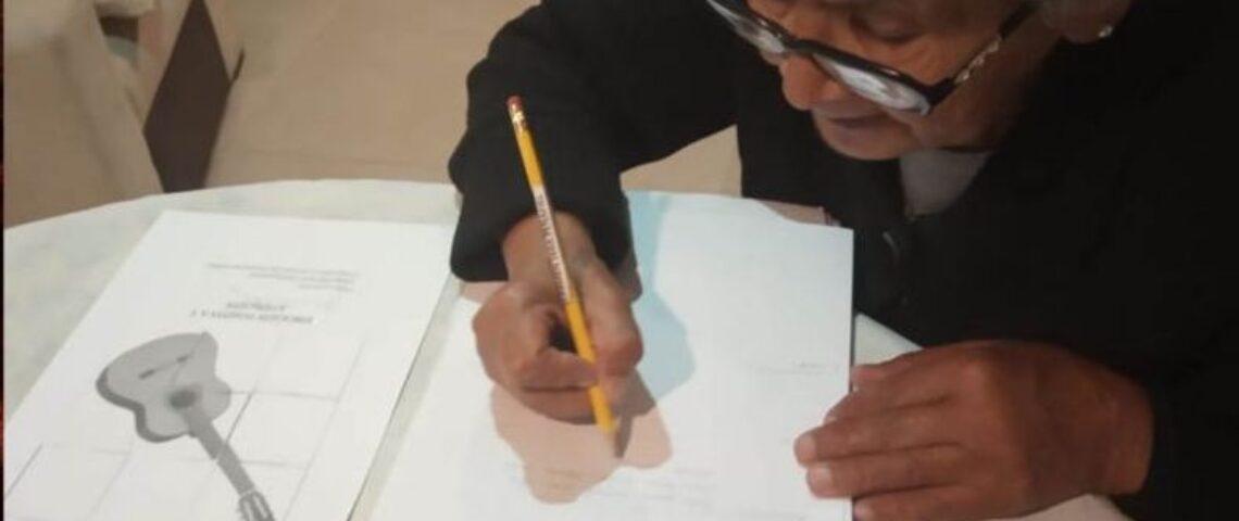 anziana quaderno scrittura